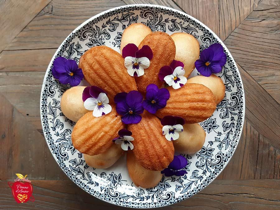 Madeleine vegan dans un plat décoré